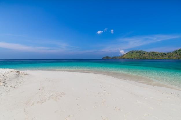 Paraíso tropical da praia e o céu azul na ilha de khai na província de satun, tailândia