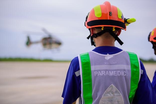 Paramédico e uma ambulância voadora móvel Foto Premium