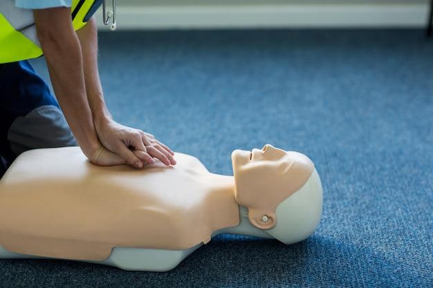 Paramédico feminino durante treinamento de ressuscitação cardiopulmonar