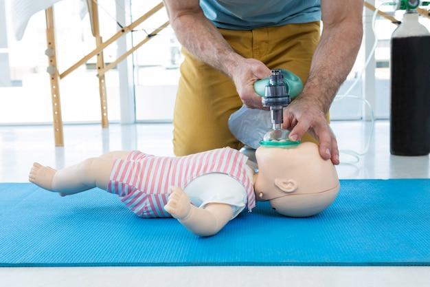 Paramédico praticando ressuscitação cardiopulmonar em manequim