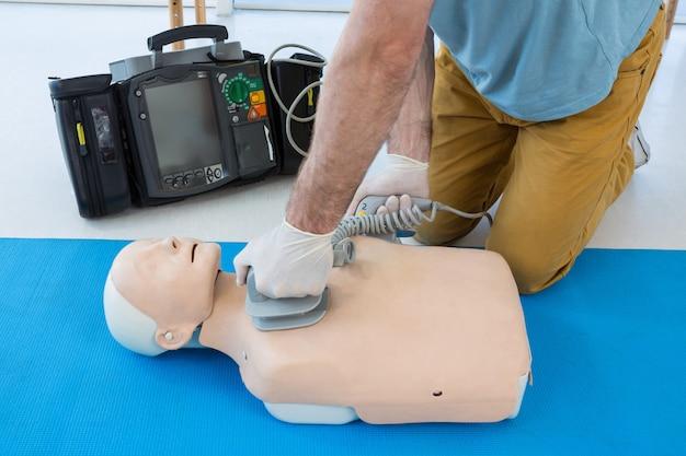 Paramédico praticando ressuscitação no manequim