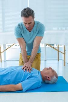 Paramédico realizando ressuscitação do paciente