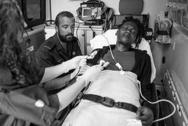 Paramédicos que prestam primeiros socorros a um paciente