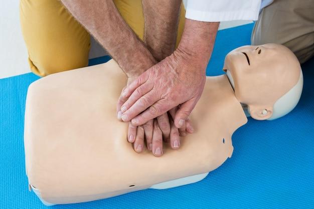 Paramédicos treinando ressuscitação cardiopulmonar para o homem