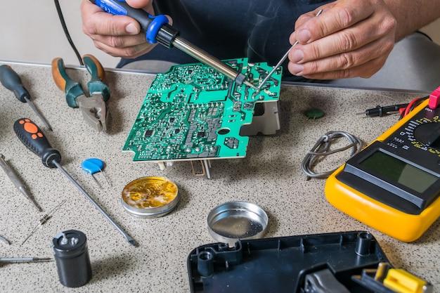 Parâmetros de reparo e medição de eletrônicos. placa eletrônica quebrada, reparador profissional
