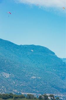 Parapente com tempo ensolarado parapente vista para a montanha
