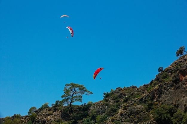 Parapente com tempo ensolarado próximo ao famoso resort e ponto de parapente da montanha babadag