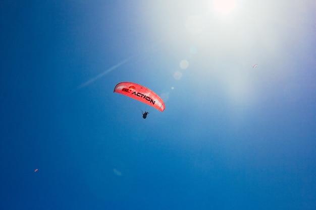Parapente com tempo ensolarado resort popular e ponto de parapente raios de sol no céu azul