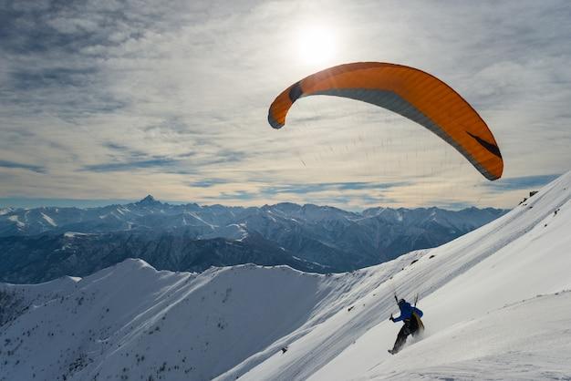 Parapente de lançamento de declive nevado