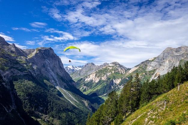 Parapente nas montanhas de pralognan no parque nacional de vanoise, frança