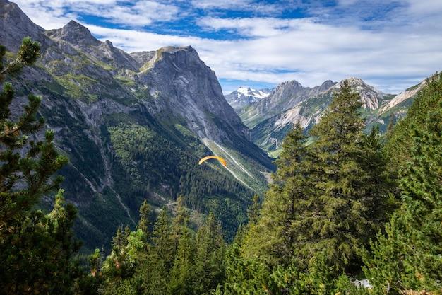 Parapente nas montanhas de pralognan no parque nacional vanoise, frança
