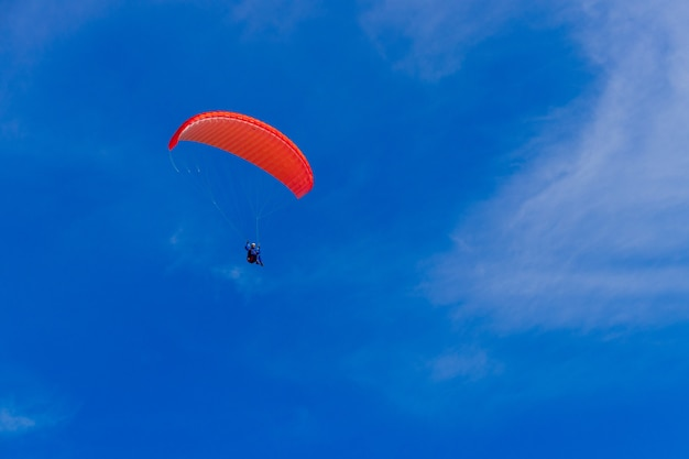 Parapente no céu azul. o paraquedas com parapente está voando. esportes radicais, conceito de liberdade