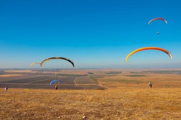 Parapente voando no céu em um dia ensolarado ativo em koktebel
