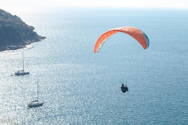 Parapente voando sobre o mar