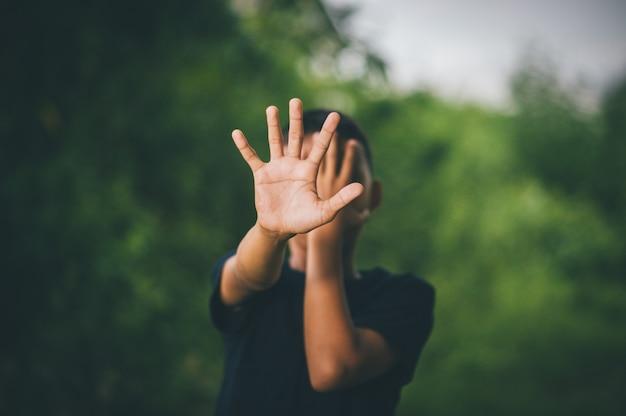 Parar a violência contra as crianças e conceito de vida de solteiro