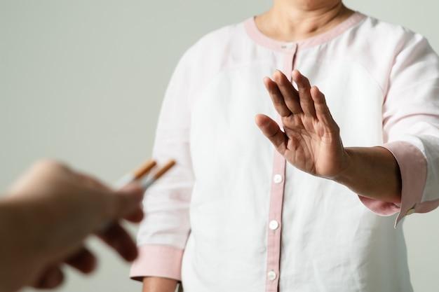 Parar de fumar, sem dia de tabaco, mãe mãos gesto rejeitar proposta o cigarro