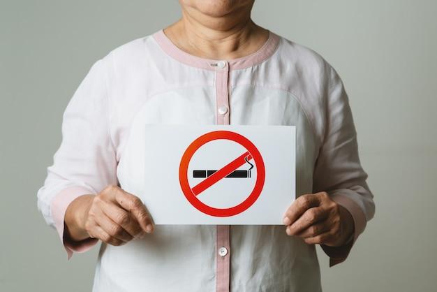 Parar de fumar, sem dia de tabaco, mãe segurando placa de não fumar