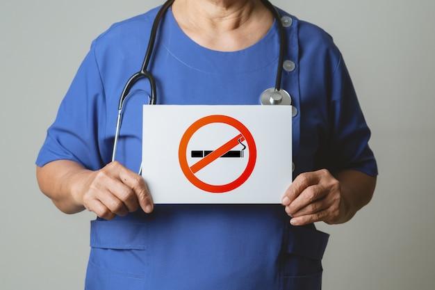 Parar de fumar, sem dia de tabaco, médico segurando placa de não fumar