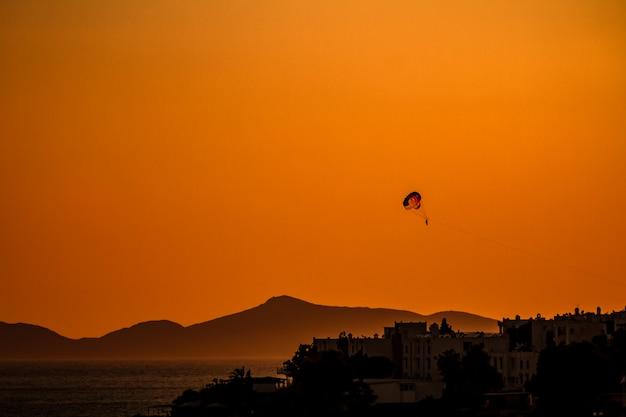 Parasailing no mar calmo ao pôr do sol