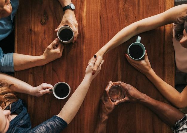 Parceiro apertando as mãos em um café