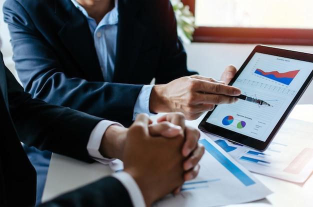 Parceiro de negócios homem investidor equipe brainstorming e planejamento sobre informações de gráfico de estatísticas financeiras