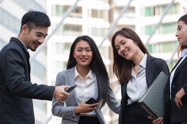 Parceiro de negócios trabalhar em conjunto com o smartphone no exterior