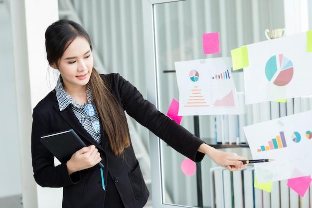 Parceiros de empresária, apresentando novas idéias de projetos e o aumento
