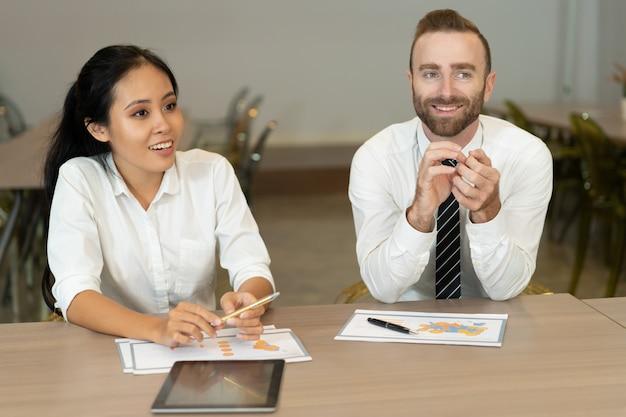 Parceiros de negócios alegre reunião para discussão de vendas