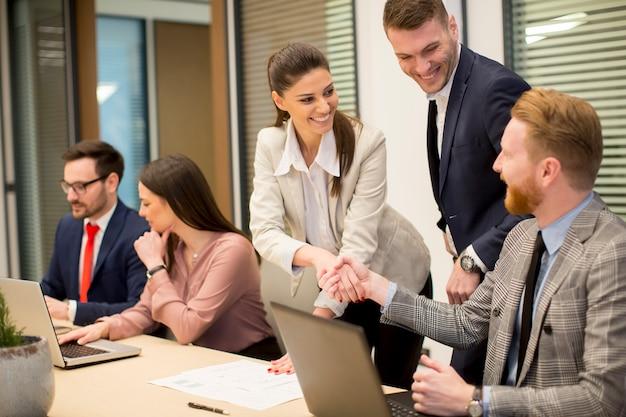 Parceiros de negócios analisam os resultados de negócios no escritório moderno