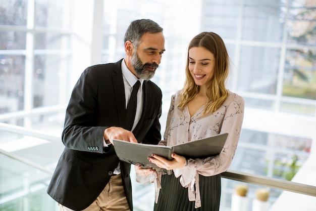 Parceiros de negócios analisam os resultados de negócios