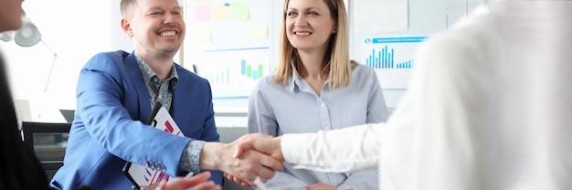Parceiros de negócios apertam as mãos em reuniões com colegas