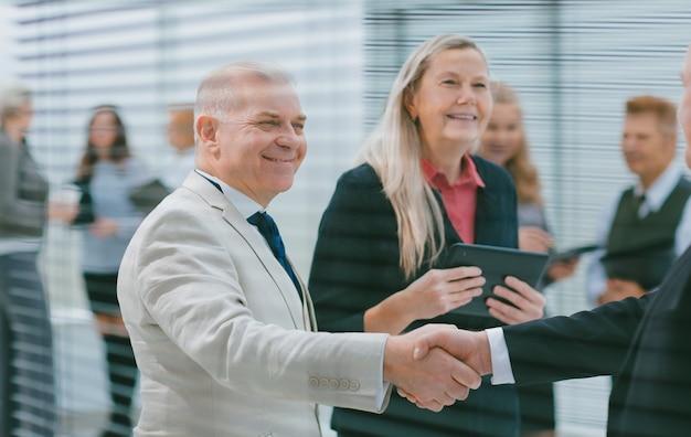 Parceiros de negócios apertando as mãos em sinal de cooperação.