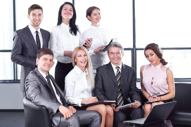 Parceiros de negócios apertando as mãos em uma reunião informal