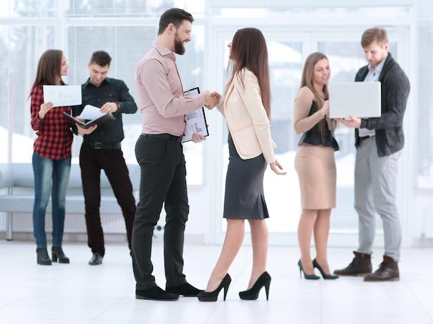 . parceiros de negócios apertando as mãos na sala de reuniões