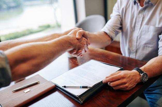 Parceiros de negócios apertando as mãos