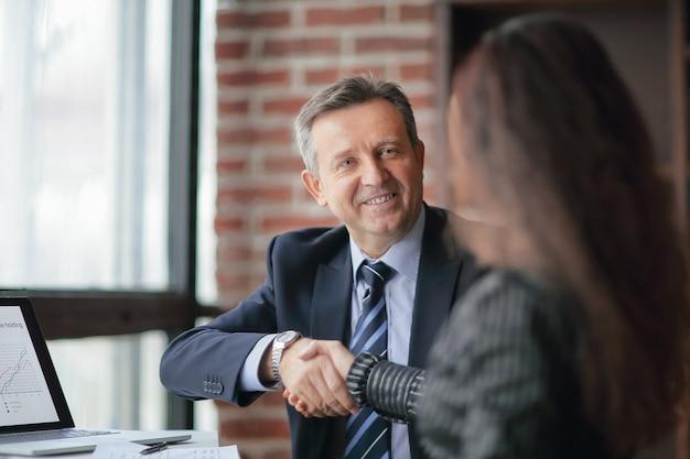 Parceiros de negócios, aprovando a transação com um aperto de mão. o conceito de parceria