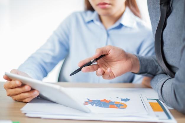 Parceiros de negócios asiáticos planejamento em reunião