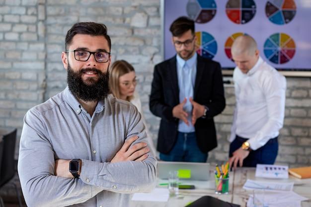 Parceiros de negócios bem-sucedidos em uma reunião e discutindo novas idéias de projetos de negócios em um escritório