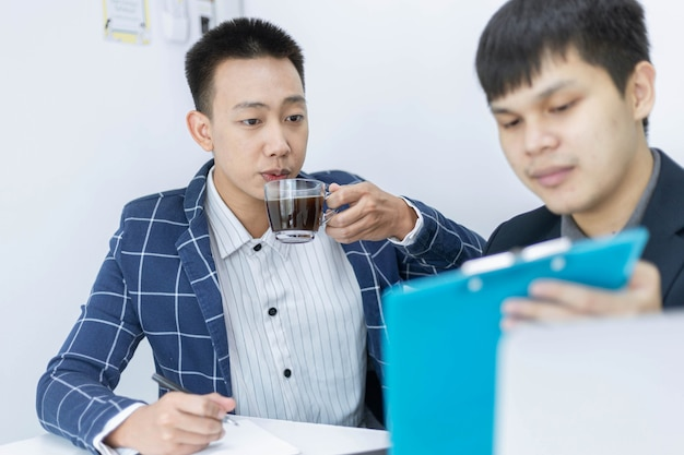 Parceiros de negócios conceituam dois jovens empresários do sexo masculino desfrutando de um saboroso café enquanto discutem ideias para criar o conceito de um novo projeto.