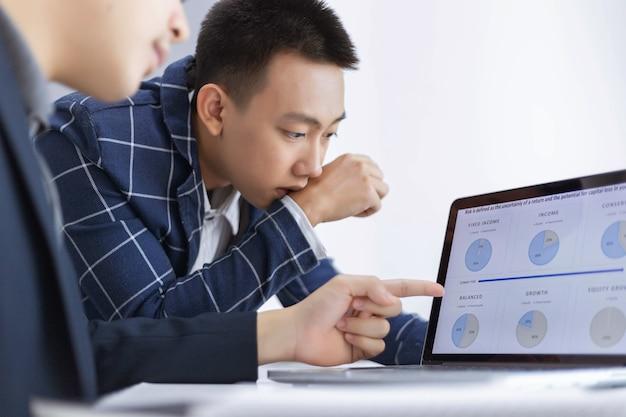 Parceiros de negócios conceituam dois jovens produtores masculinos discutindo e mudando ideias para desenvolver um modelo de um novo projeto.