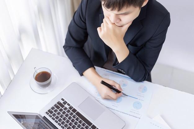 Parceiros de negócios conceituam um jovem empresário cansado de trabalhar em um grande projeto e enfrentar um grande problema.