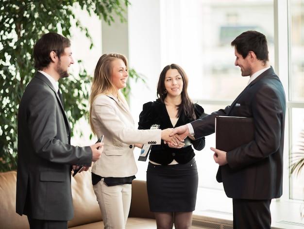 Parceiros de negócios de aperto de mão de reunião de negócios. conferência de empresários.