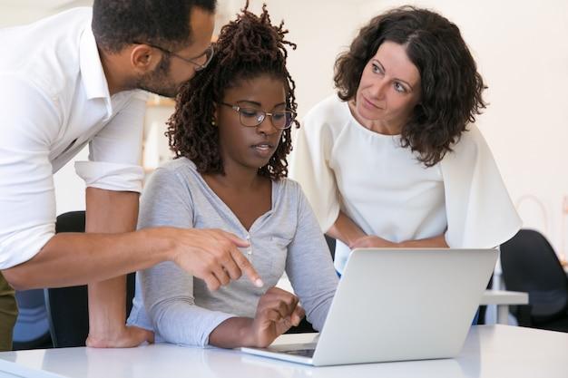Parceiros de negócios, discutindo a solução de software