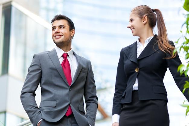 Parceiros de negócios, discutindo enquanto na escada