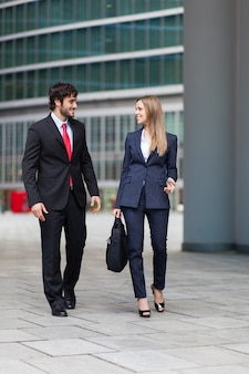 Parceiros de negócios, discutindo juntos ao ar livre