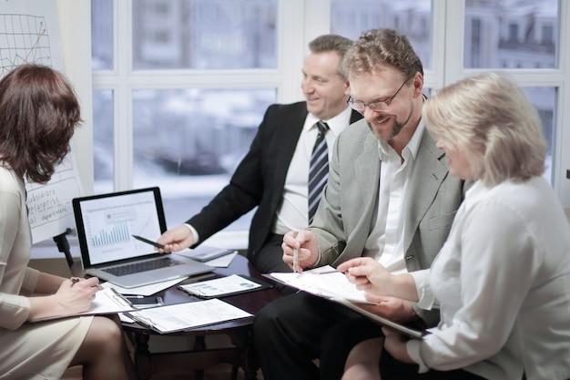 Parceiros de negócios discutindo os termos do contrato no escritório.