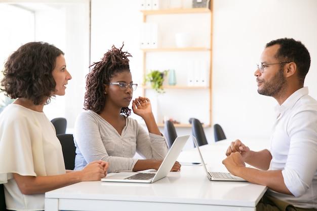 Parceiros de negócios, discutindo produtos de software