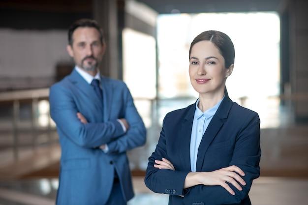 Parceiros de negócios em roupas formais no trabalho