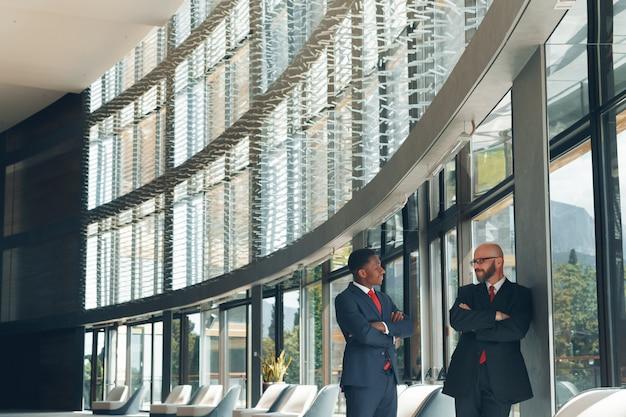 Parceiros de negócios em um escritório moderno