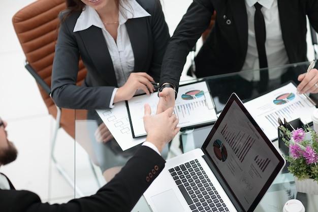 Parceiros de negócios estendendo as mãos para um aperto de mão